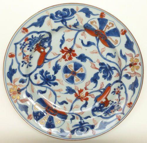 Rare beau plat Imari, porcelaine, Chine vers 1700. Cette belle Compagnie des Indes d'époque Kangxi est peinte en bleu sous couverte rehaussé de rouge de fer et d'or sur couverte. Le décor en plein est composé d'enroulements floraux ponctués d'éventails stylisés et de deux réserves paysagées, le tout rayonnant autour d'un médaillon central. Etat : infimes rares usures; pas de cheveu ni de restauration. Sonne parfaitement. Diamètre : 22,7 cm. Ebay 97e sold