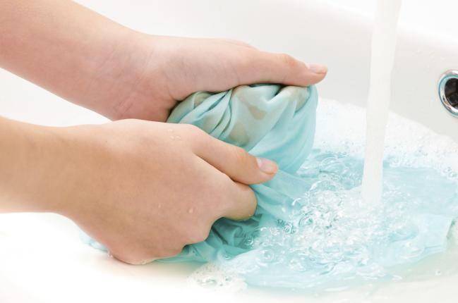Aprende cómo quitar manchas de resina de la ropa - Hogar Total