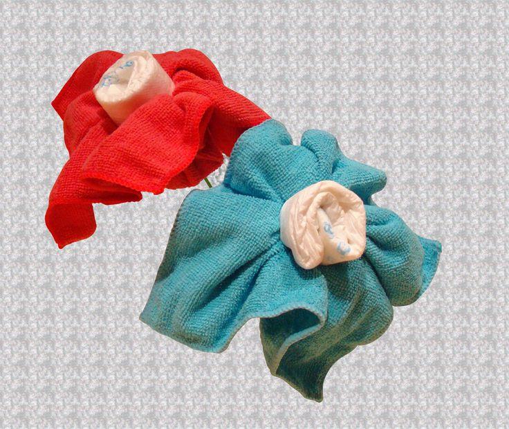 flores hechas con pañales y toallitas de mano, ideales para formar un ramo y regalar .