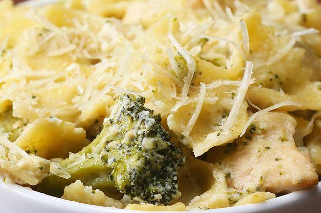 Aprenda a fazer o macarrão com frango cremoso e brócolis: | Esta receita de macarrão com frango cremoso e brócolis de uma panela só é muito simples e prática