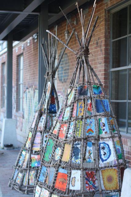 * TeePee! Laat alle kinderen een stuk stof beschilderen en vastbinden, twee leuke activiteiten ineen!