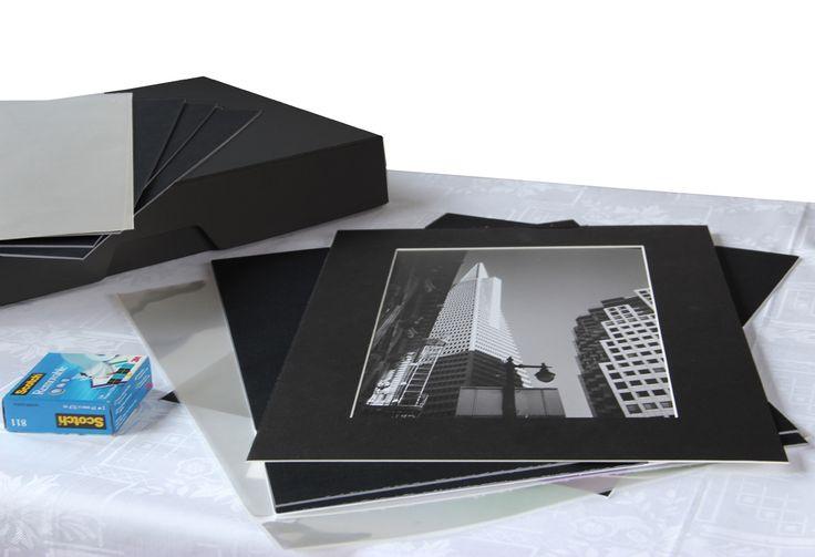 KIT PRESENTAZIONE - NERO - per stampe: A4 / 20x30 / 24x30  Kit completo di tutto ciò che ti serve per presentare al meglio le tue foto:  1 scatola Fly One 30x40 cm ACID FREE GRIGIA 25 Passepartout formato esterno 30x40 cm spessore 1,3 (scegli tu il foro e il colore); 25 buste trasparenti Art Protector 30x42 cm;  Scotch nastro adesivo 3M removibile IN OMAGGIO  info@fotomatica.it | www.fotomatica.it