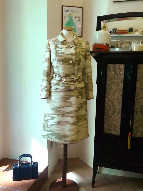 #1960s Camoufflage Suit with bakelite buttons and belt #vintage #fashion #vintachic #vintageshop