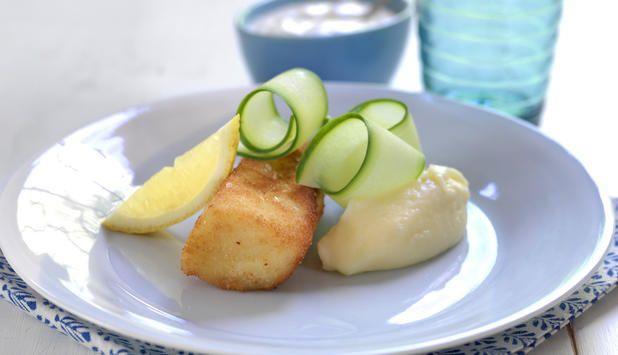 Dette er en oppskrift hvor hele familien kan bidra på kjøkkenet. Her kan for eksempel de minste barna hjelpe til med å panere fisken og mose potetene.