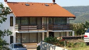 Apartma v kraju Pobegi je od Kopra oddaljen 4 km. Apartma je lepo opremljen in klimatiziran.  Več podatkov najdete na www.viaSlovenia.com, pod kategorijo Koper -> Apartmaji.