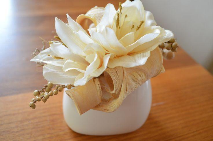 Ivory+cream+Vázička+v+krémové+barvě+-+přírodní+materiál,umělé+květiny+-+vhodné+nejen+do+bytového+interiéru,+ale+i+jako+dekorace+stolu+v+restauraci.+výška:+14+cm,+šířka:+15+cm+Na+přání+je+možné+vyhotovit+více+kusů.