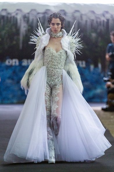 Photos and reviews of the On Aura Tout Vu Haute Couture Fall Winter 2014-15 collection