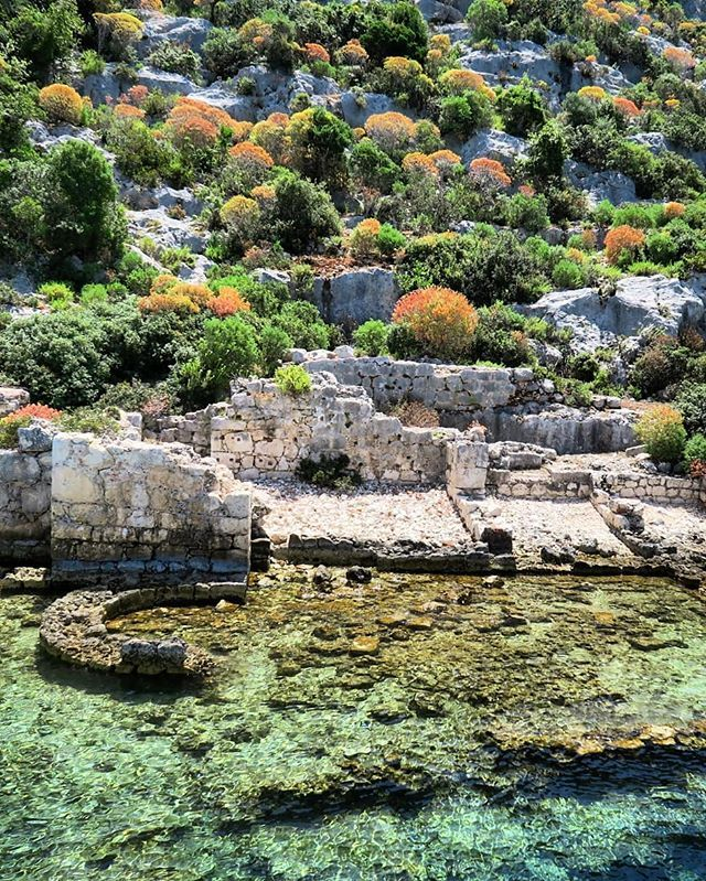 Ruinen Uber Und Unter Dem Meer Die Nach Einem Erdbeben Vor 1 000 Jahren Versunkene Antike Stadt Simena Im Naturpark An Favorite Places Outdoor Outdoor Decor