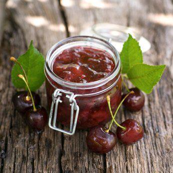 Feine Kirschmarmelade einfach selbst zubereiten - mit diesem Rezept geht das ganz schnell und einfach.