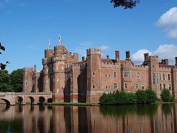 Castillo de Herstmonceux es un castillo de ladrillos de la casa de Tudor construido en el siglo XV. Se encuentra ubicado cerca de Herstmonceux, Sussex del Este, Reino Unido. De 1957 a 1988 fue la sede del Real Observatorio de Greenwich.