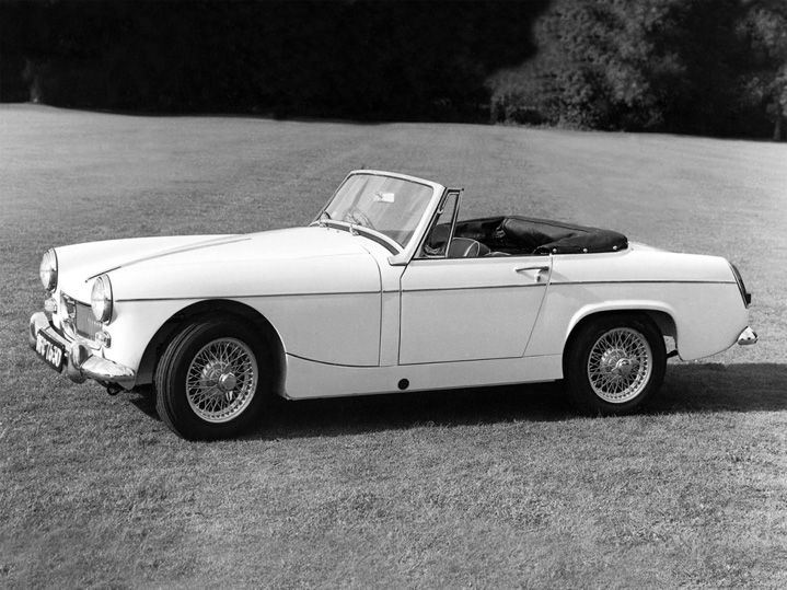 """Au début des sixties, MG, qui est alors une véritable marque historique de sportives britanniques, décide de réutiliser ce qui était un """"surnom décidé"""" pour leurs petits roadsters des années 30. Le nouveau roadster ultra compact s'appelle donc officiellement Midget et si on veut résumer sa conceptio"""