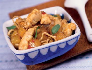 Für die Chinesischen Eiernudeln mit gepfefferter Hühnerbrust in einem großen Topf reichlich Salzwasser aufkochen und die Eiernudeln darin nach
