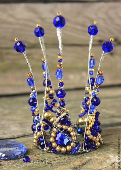 Купить или заказать Синяя корона. Детская корона. Праздничное украшение в интернет-магазине на Ярмарке Мастеров. Синяя корона. Детская корона. Праздничное украшение Корона для настоящей принцессы, русалки синего моря, морской феи. Корона выполнена в сочетании золотых и сине-голубых оттенках из бусин, бисера и чудесно переливающихся хрустальных кристаллов. Центральный лепесток короны украшен великолепным каплевидным камнем глубокого синего цвета в обрамлении ослепительных золотых бусинок.
