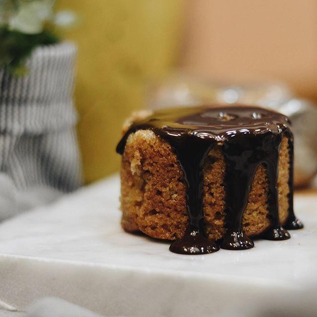 Combinação perfeita para este sábado: nossos bolinhos com a calda de chocolate da casa! Na foto, bolo de maçã com damasco. Quem também ama? 🍎❤️🍫👌 #CiaMineiradeChocolates #Cake #Chocolate #FoodLovers