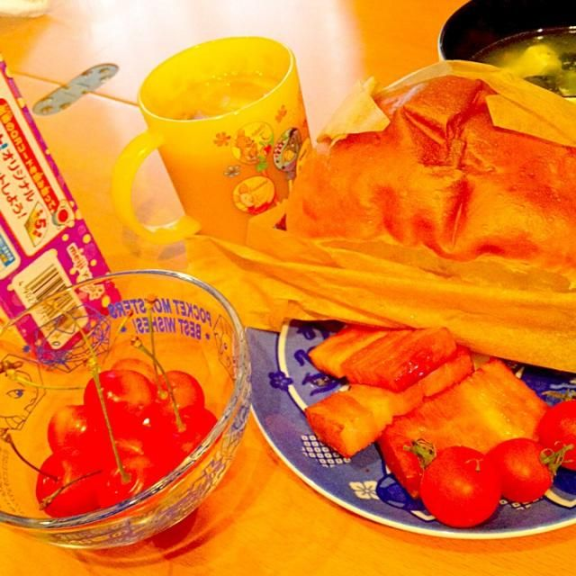 オーガニックの野菜フルーツ - 38件のもぐもぐ - カナディアンブレッド&ベーコンソテー、北海道産佐藤錦、プチトマト、エビと豆腐のスープ、ミルクコーヒー by ch*K*∀o(^^*)♪