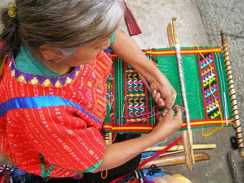 Mujer tejiendo en telar pequeño.  Woman working on a small loom.  Oaxaca, Mexico.