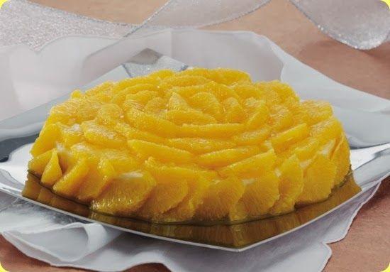 Spuma d'arancia con salsa al rum Ingredienti: per 6 persone  1 litro di latte 90 g di farina 60 g di burro 100 g di zucchero 6-7 uova 1 cucchiaio di succo di limone la buccia grattugiata di 2 arance 2 cucchiai di rum  Per la salsa: 1 litro di succo d'arancia 90 g di zucchero 1/2 dl di rum  Per decorare: 10-12 arance tarocco