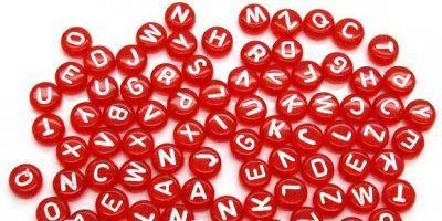 100 st röda pärlor med bokstäver