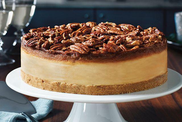 Nous avons décidé de combiner la classique tarte aux pacanes avec un autre de nos desserts favoris : le gâteau au fromage. Le cœur velouté au fromage à la crème contraste à merveille avec la riche garniture aux pacanes et au caramel écossais. Voilà une recette qui devrait mériter une place d'honneur dans votre répertoire de réception!