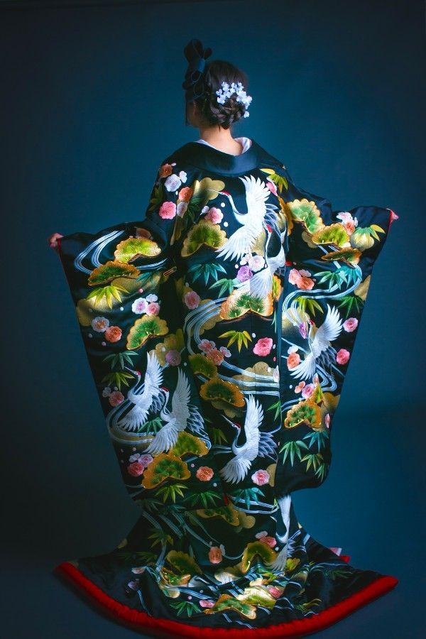 打掛『正絹糸縫黒吉祥文流水鶴』、掛下『白地疋田古典鶴』艶のある緞子地に水の流れが描かれ、その合間を吉祥の松竹梅、鶴等が優雅に配された存在感のある一枚です。