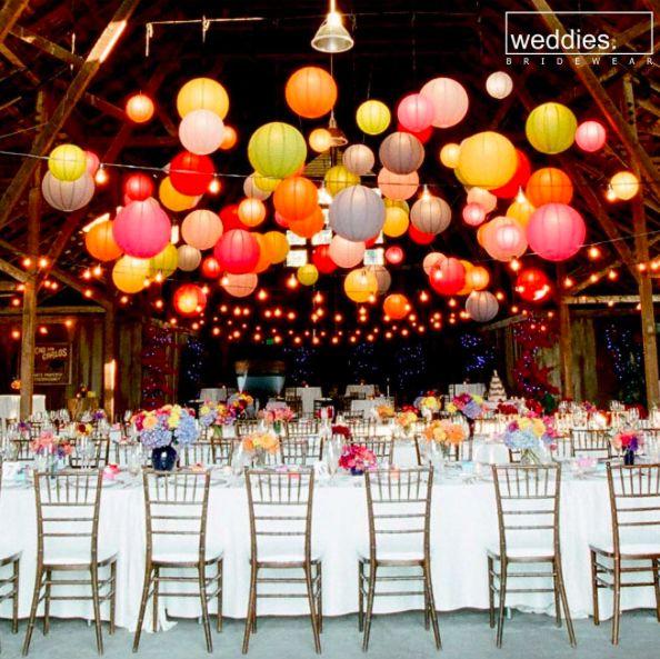 Bahar düğünlerinin en keyifli kısmı da açık hava düzeninde yapılabilmesi ve böyle rengarenk detayları dilediğinizce kullanabilmemiz değil mi? 🎈  Isn't the best part of the spring weddings the colorful details and open air venues for the best wedding decorations? 🎈