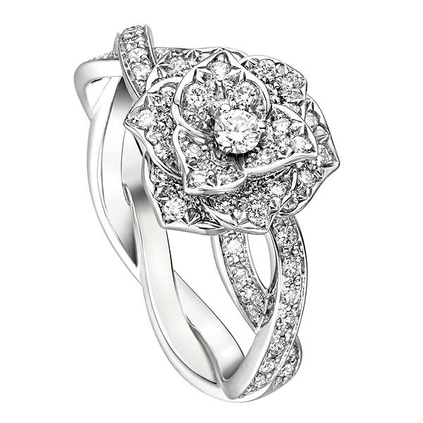 Piaget(ピアジェ)の婚約指輪、ピアジェ ローズ G34UR800のご紹介です。イヴ・ピアジェ・ローズ特有の柔らかな女性らしいカーブを描いた花びらに精緻にセッティングされたダイヤモンドが静謐な輝きを放つ。螺旋を描くホワイトゴールドのガーランドの上に咲き誇るバラの花のリングはエンゲージメントリングとしても。【ゼクシィ】なら、Piaget(ピアジェ)のエンゲージメントリングも多数掲載中。