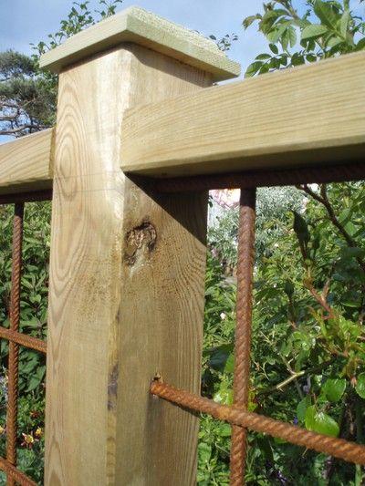 Så vackert kan ett staket av armeringsmatta och stolpar bli. - GRÄNDHUSET -
