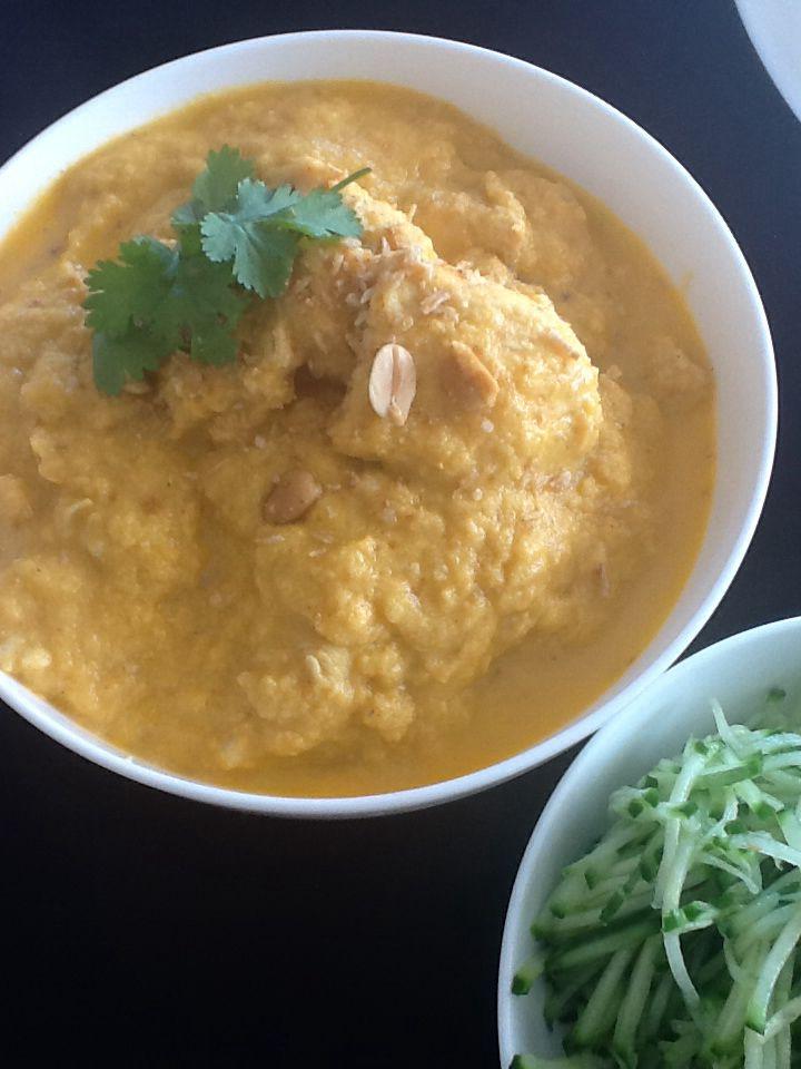 """Curry & kokosgerecht met kip (en left- over saus van """"ovenschotel van bloemkool en kip zie bord """"lekker gezond"""")). De left-overs van mijn vorige gerecht heb ik gemixt tot een gladde saus. Daarbij voeg je currypoeder en 1 of 2 el geconcentreerde kokospasta. (Santen). Snij je kip in blokjes, kruid met saté kruiden en voeg ze rauw in je saus. Laten garen tot de blokjes gaar zijn. Ze zijn erg zacht van smaak en structuur. Werk af met geroosterde pinda en kokospoeder (seroendeng). Je proeft echt…"""