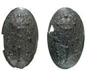 Parvise skålspænder er ikke ualmindelige i kvindegrave fra vikingetiden. Under tiden bruges spænderne til at kønsbestemme graven med, da skeletter fra vikingetiden ofte er dårligt bevarede.