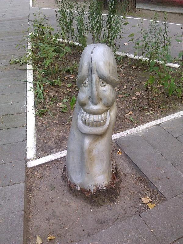 Ну очень суровый ЖКХ-арт • Это памятник грибу.