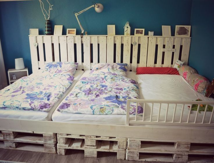 a diy tutorial to make a family pallet bed with upcycled euro pallets by tannis welt website in german