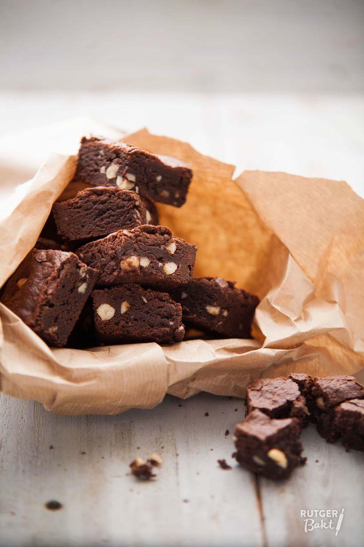 Deze ultieme brownies zijn knapperig van buiten, smeuïg van binnen en met een intense chocolade- en volle hazelnootsmaak. Geniet van dit makkelijke recept!