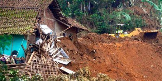 Tiga Mobil Satu Motor Tertimbun Longsor di Palupuh Agam Berhasil Dievakuasi, Salah Satu Mobil Milik Wartawan Harian Singgalang
