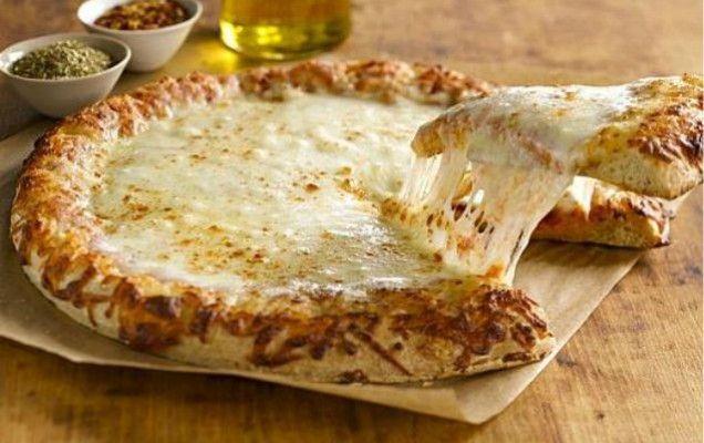Σπιτική πίτσα με διάφορα τυριά - iCookGreek