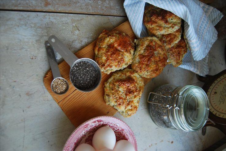 Det är inte alls svårt att baka bröd enligt LCHF. LCHF ostbröd smakar riktigt gott som frukost, eller som mellanmål? Här hittar du ett recept på LCHF bröd.