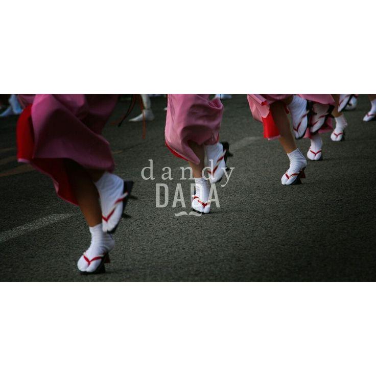 Awa Odori #AwaOdori è uno degli eventi più entusiasmanti della tradizione giapponese. E' un crescendo di umanità, #colori, #gesti e #rituali. Per le #strade di Tokushima si snoda al ritmo di #taiko, #shamisen, #shinobue, #kane il #ren. I movimenti sincronizzati delle #danzatrici e le sfumature tonali delle uniformi conferiscono luminosità e profondità all'immagine.  #Tokushima #Japan 2008