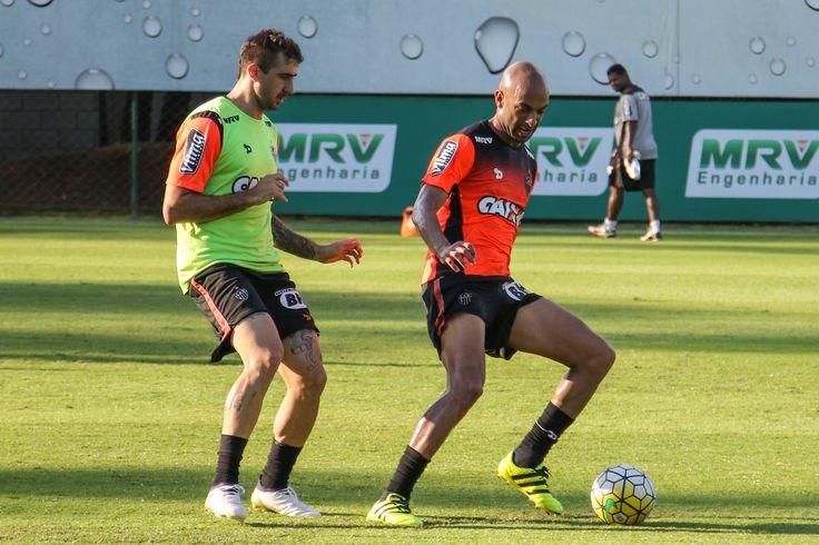 Centroavante argentino comemora presença na seleção, mas lamenta desfalcar o time de Marcelo Oliveira (Foto: Bruno Cantini/CAM)