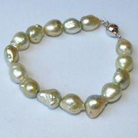 バロックのユニークなでこぼこ感は、とても個性的で、魅力的! 大粒で艶やかなバロック南洋白蝶真珠のブレスレットです。 http://puspasari-lombok.com/?pid=65803599