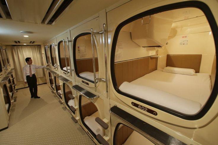 Impossible d'évoquer l'hôtellerie à Tokyo sans parler des célèbres hôtels capsules. Inventés en 1979 à Osaka et restés l'apanage du Japon, ils proposent de minuscules chambres de fibres de verres entassées l'une sur l'autre dans lesquelles hommes d'affaires égarés, étudiants fauchés et classes populaires viennent passer la nuit pour éviter de payer une nuit d'hôtel. On les retrouve principalement autour des grandes gares ou des centres urbains, récupérant les badauds ayant raté leurs…