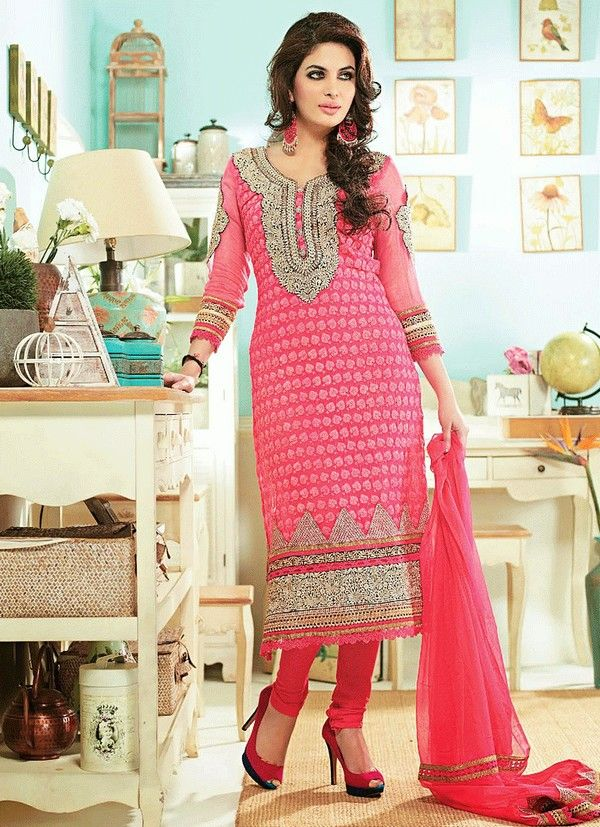 Salwar Kameez is popular in #Fashion trend of Pakistan. It did not transformed with time is just change its style over time. #Pakistani #SalwarKameez