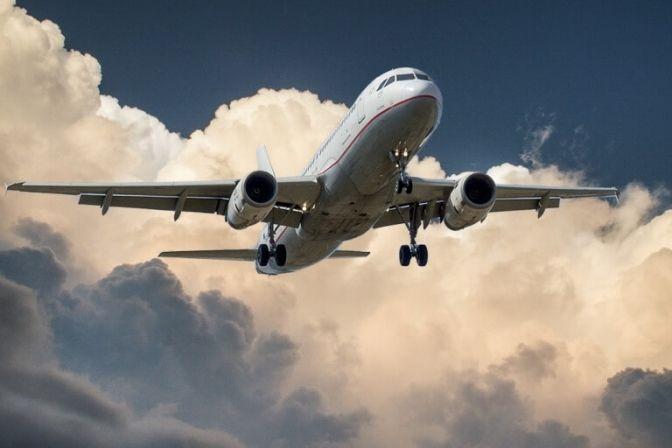 GOD REJSE: Skal du ud at rejse, og er du i tvivl om håndbagagereglerne? Hvis ja, er du langt fra den eneste, der har det sådan. Mange danske turister føler sig fortvivlede, når det kommer til, hvor meget man må pakke i sin kuffert. Og det er da også ekstremt let at blive forvirret, da reglerne faktisk varierer meget fra selskab til selskab. #rejser #ferie #fly #flyselskaber