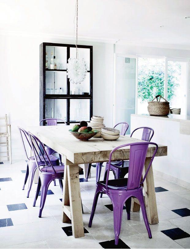 Belle association de chaises Tolix violettes et d'une table en bois massif