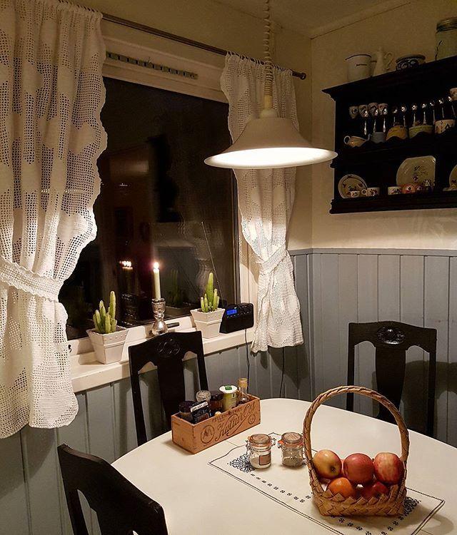 Ned med de røde julegardinene ~ og opp med de hvite!  #heklegardiner #kjøkkengardiner #köksgardiner #hekling #hekletøy #virka #virkat #crochet #crocheting #håndarbeid #handarbeid #handcraft #crochetcurtain #kjøkken #köket #mitthjem #myhome #mittkjøkken #mykitchen #mittkök #imittkök #imittkjøkken #norskehjem #norwegianhome