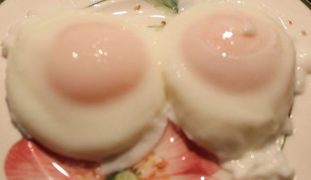Уже несколько постов мы с вами варим яйца в скорлупе. Этот пост будет о том, как сварить яйца без скорлупы. Такие яйца называются Пашот. А процесс варки яиц без скорлупы называется пошированием. Яйца-пашот очень вкусны. Чтобы сварить их правильно, нужно разобраться в технических…