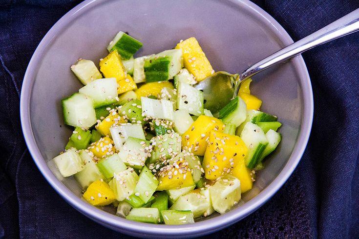 Salat med agurk, selleri og mango