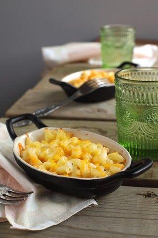 Makaroni og ost oppskrift (mac and chees) (6 personer) 600 g makaroni 5 ss smør 6 ss hvetemel 6 dl helmelk 150 g revet gruyere 150 g revet cheddar