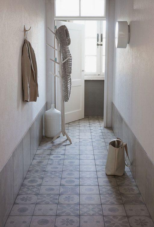 Une entrée avec un sol en carreaux de ciment ! http://www.m-habitat.fr/sols-et-plafonds/carrelages/la-pose-des-carreaux-de-ciment-2230_A #entrée #maison #déco