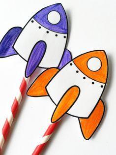 C'est fou tout ce qu'on peut faire avec une paille : un lanceur de fusée par exemple ! Un bricolage super simple pour les enfants passionnés de fusées et d'astronomie. Idéal pour jouer avec les copains lors d'un anniversaire sur le thème de l'espace.