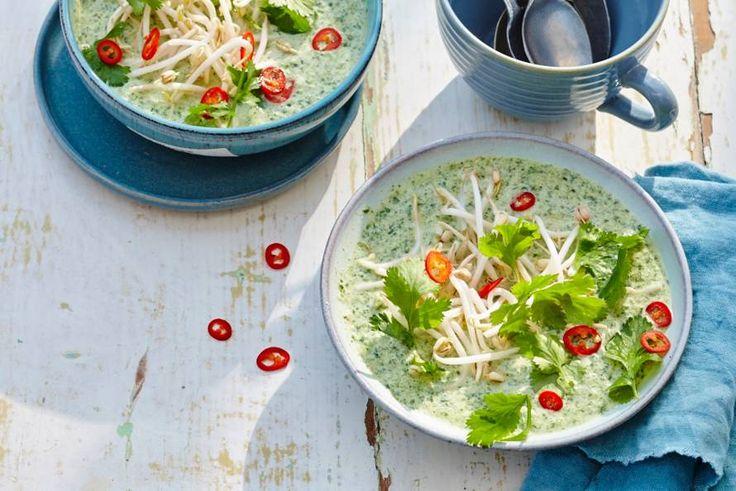 Lekker om te serveren op een warme dag: koude en pittige soep met als basis spinazie en komkommer. Scherpe start van een zomers etentje. - Recept - Allerhande