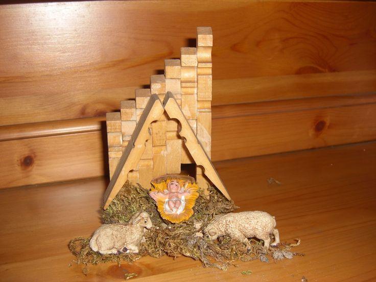 Ho costruito con le mollette per il bucato la Capanna di Gesù Bambino per il Natale, eccola: